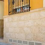 Revestimiento Marés con moldura Marés y persiana de ventilación Soller