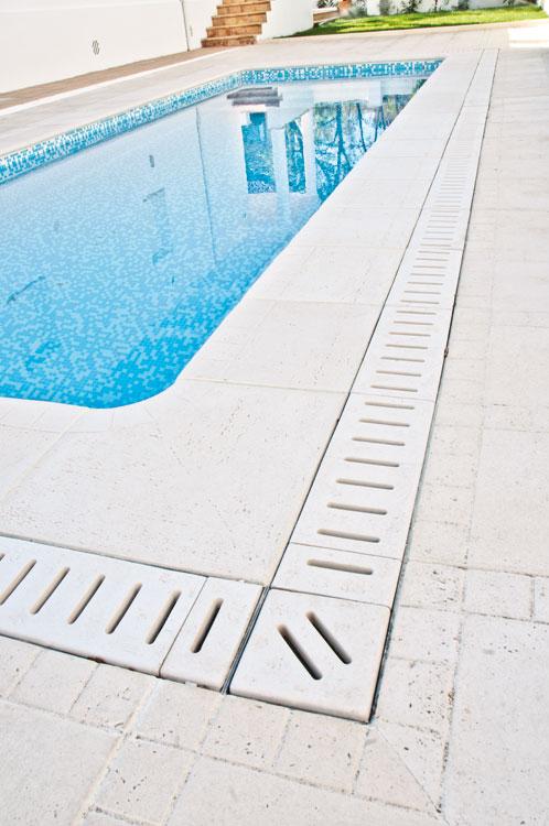 Baldosas maro y palacio verniprens for Drenaje de piscina