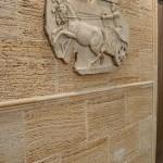 Revestimiento Travertino Arenado con moldura Romana y retablo VerniArt