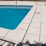 Baldosa y remate de piscina Trena con ángulo