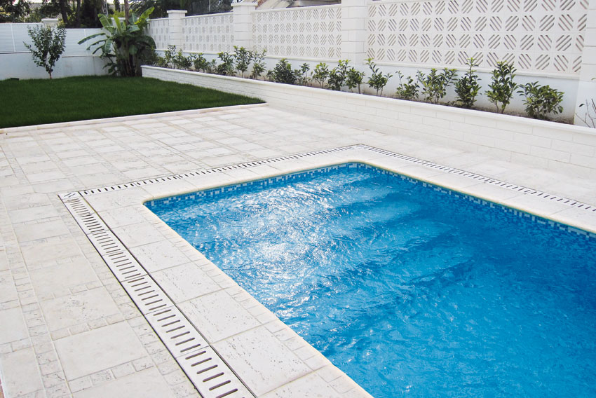Baldosa y remate de piscina trena con drenaje nerja for Drenaje de piscina