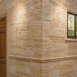 Revestimiento Travertino Arenado con esquina saliente y molduras Travertino Arenado y Romana