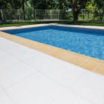 Remate de piscina Moraira con baldosa Loja