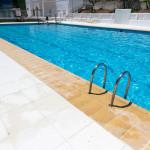 Remate de piscina Moraira con Plaqueta Ranurada y baldosa Loja